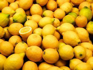 800px-Valencia_market_-_lemons